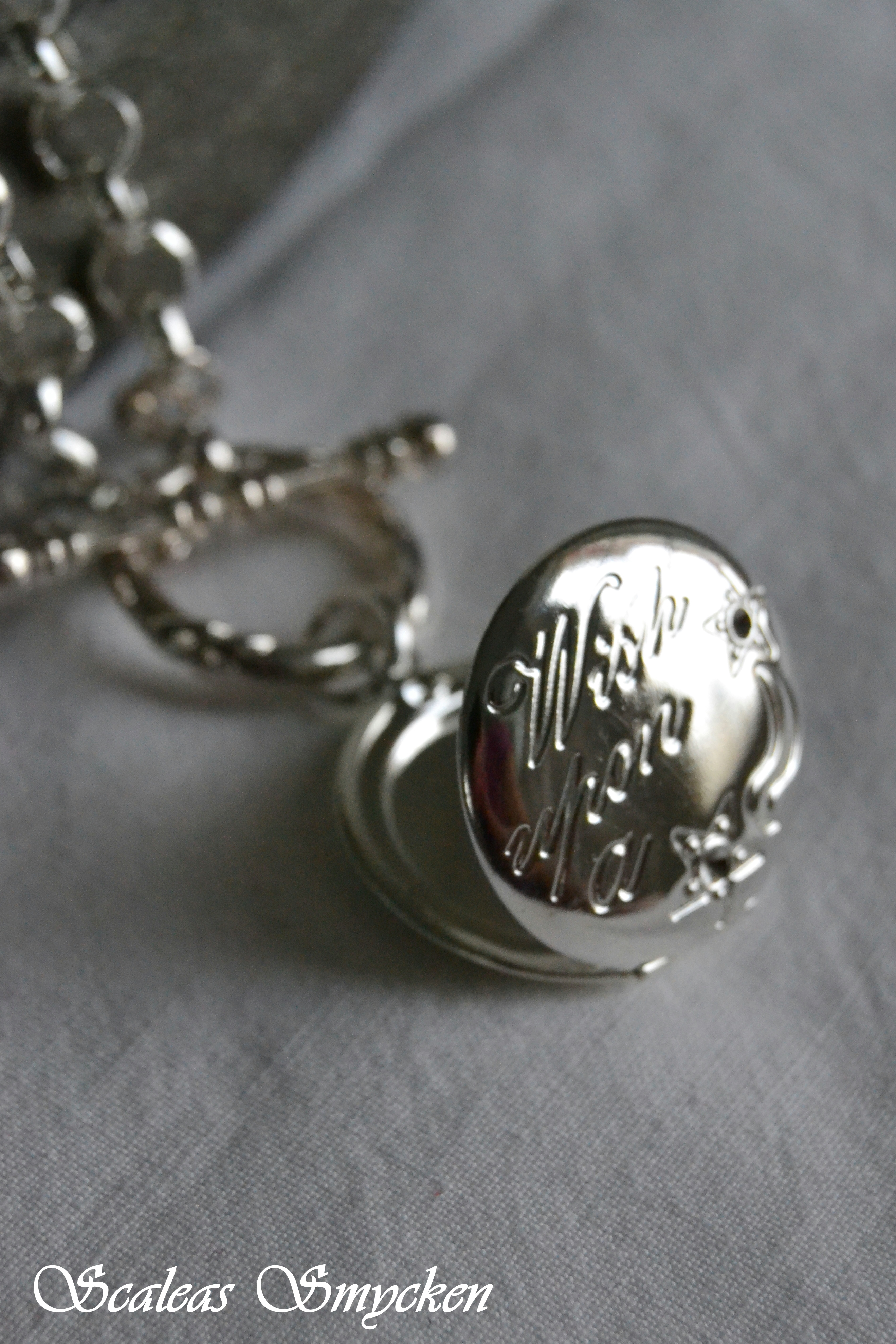 halsband med öppningsbar berlock
